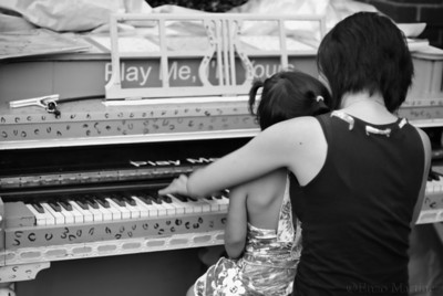 play-me-I'm yours-jackson-heights-piano-queens-mother-daughter-play